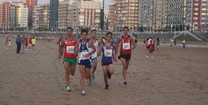 Grupo de cabeza durante la Carrera de la Playa de Gijón 2011