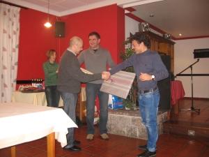 José Antonio recibe nuestro detalle de manos del actual presidente Juan Carlos