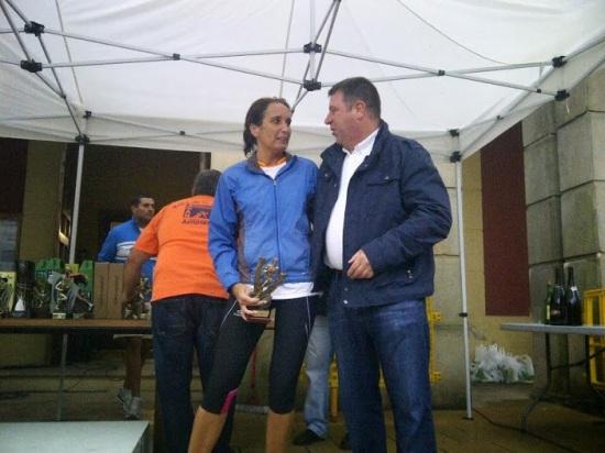 Ana recibe su trofeo de manos del Alcalde de Nava
