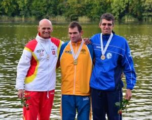 Pocos pueden hacer lo que Rafa Carril (a la izquierda) y el húngaro Ferenc Csima (a la derecha, con lentes): estar en dos podios mundialistas.