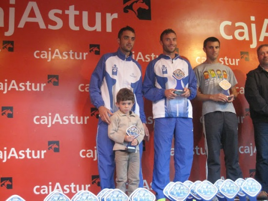 Juan Luis (con su hijo) y Pedro en el podio de Sénior. (Foto de Galería Colunga Atletismo)