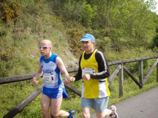 Juan en pleno esfuerzo, acompañado de Severino Maujo. (Foto de Manuel González).