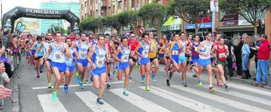 Foto Marieta Avilés AVI CARRERA 8 KM DE CASTRILLON / PIEDRAS BLANCAS (Preciosa foto de El Comercio en la que se ve a casi todos nuestros hombres en los primeros compases de la prueba).