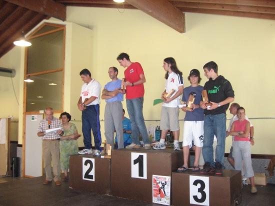 Esta imagen lo dice todo: Susi, detrás de Andrés, organiza una entrega de premios. (Año 2006).