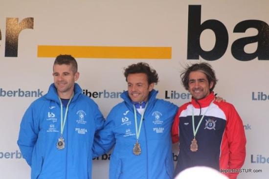 Julio y  Juan Carlos junto a Carlos Fernández en el podio Veteranos +45. (Foto Galerías Deporte Astur).