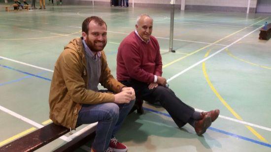Iván Allende, alcalde de Piloña, y Pepe San Miguel, un referente en el voleibol de nuestro concejo.