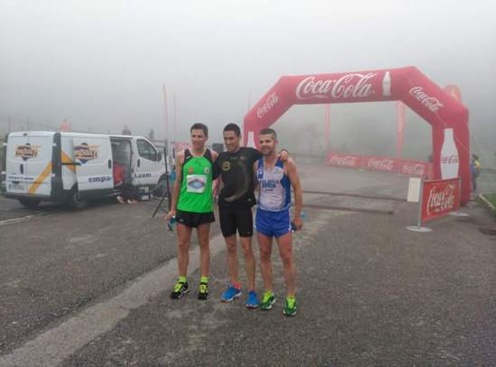 Fran, Jorge y Julio, los mejores, entre la niebla de nuestros Picos de Europa. (Foto de la organización).