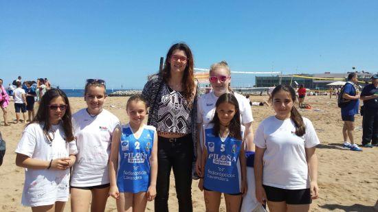 Mireya Delgado, jugadora de la Selección Española, rodeada por las futuras seleccionadas. (Foto de Rodrigo Andrade Corzo)