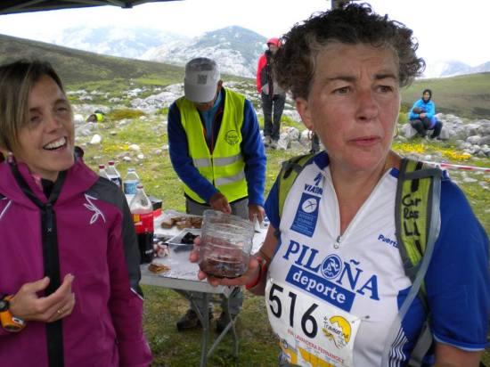 Susana dando ánimos a Eva en el Jitu Escarandi, a 15 kilómetros de meta.