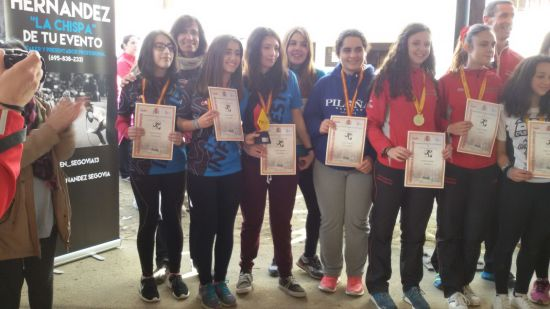 Frida, Raquel (entrenadora), Carlota, Yaiza, Rebeca y Sara recogen sus medallas y diplomas.