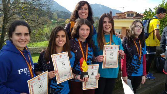 Sara, Carlota, Yaiza, Rebeca y Frida junto a la entrenadora, Raquel