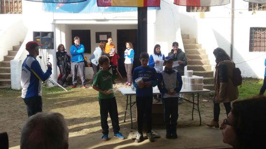 Miguel recibe su premio como ganador de la categoría M/F 12